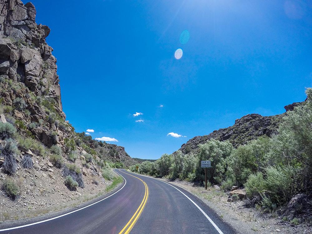 En été, il est possible d'emprunter la Tioga Road (CA120) pour traverser la Sierra Nevada d'Est en Ouest, mais cette route de montagne est interminable et très fréquentée. Généralement, la Tioga Road est ouverte de juin à novembre, en dehors de cette période la route est fermée car elle culmine à plus de 3000 mètres d'altitude. Par la Stanislaus National Forest